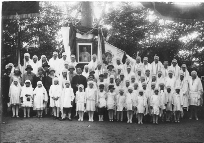 Don Cesana Giuseppe e le educande 1930