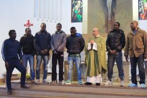 I ragazzi del centro profughi a Messa